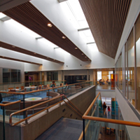 Nye NUS har elementer fra den tradisjonelle skolen, forenet med mer åpne løsninger fra den moderne skolen.