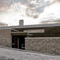 Et modulhus fra 1960-tallet hvor alle yttervegger og tak er totalrehabilitert, samt endret planløsning og nytt tilbygg/garasje.